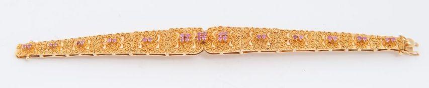 BRACCIALE IN ORO E RUBINI Realizzato a segmenti snodati lavorati a filigrana in oro giallo e lumeggi