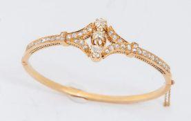 BRACCIALE IN ORO E DIAMANTI. Realizzato come un cerchio rigido decorato sommitalmente con diamanti