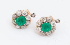ORECCHINI IN ORO 18K CON SMERALDI E DIAMANTI ciascuno realizzato come una clip centrata da smeraldo