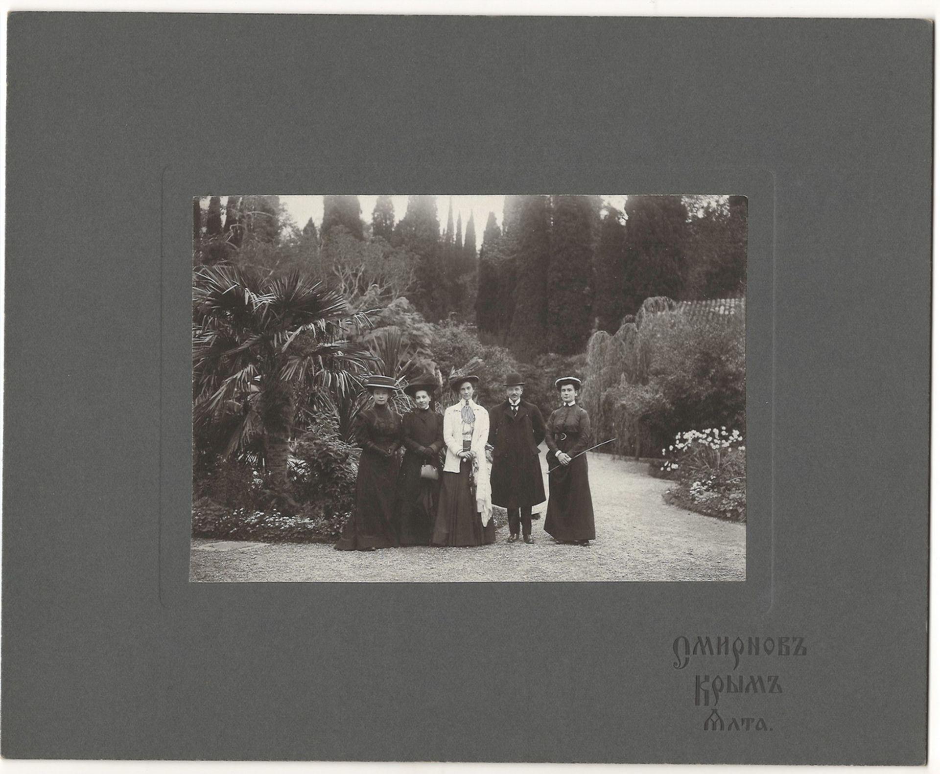 [Russian Empire]. Smirnov, I. Group portrait. Photograph. Author's print. Yalta, [late 19th century] - Bild 2 aus 2