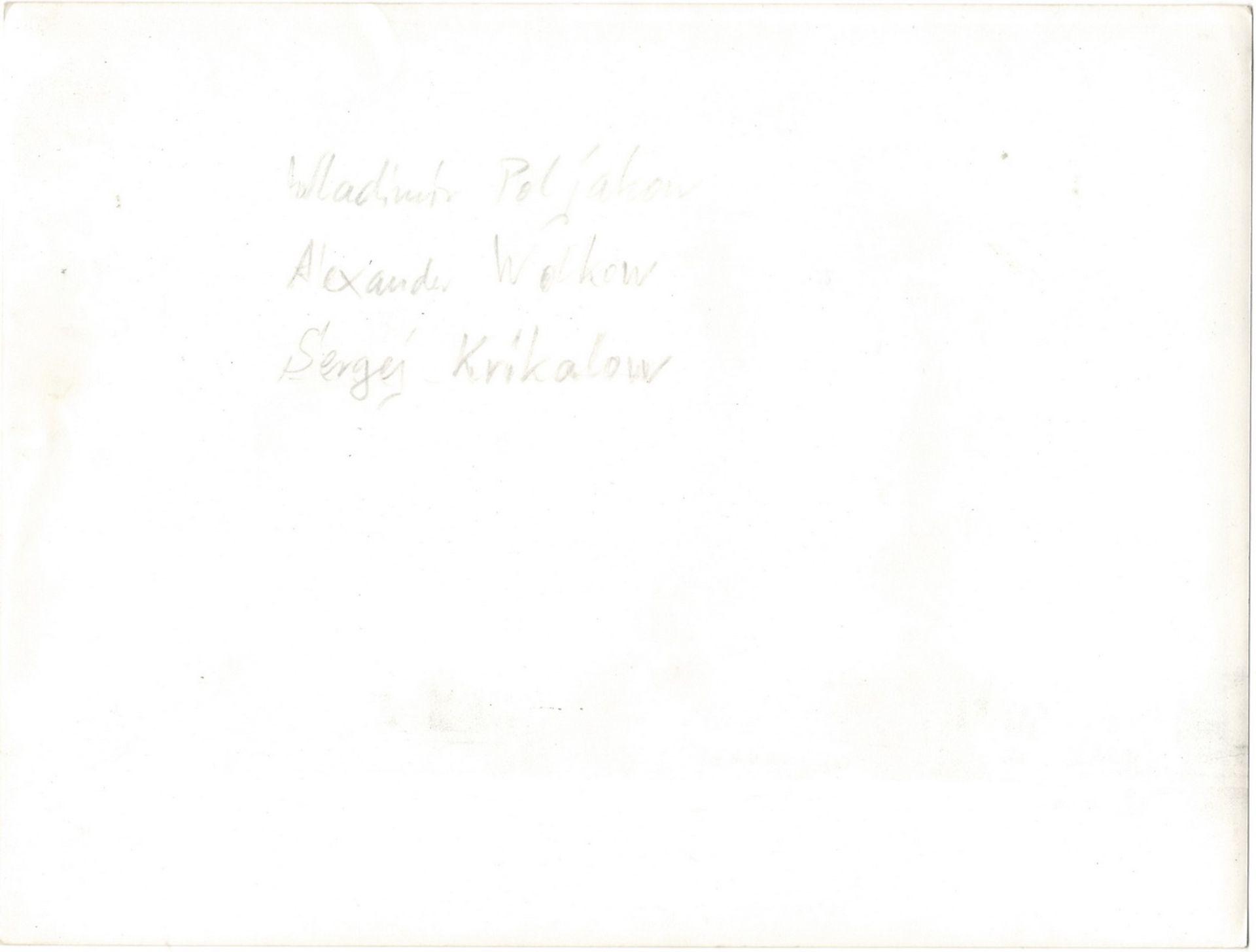 [Soviet cosmonauts, autograph]. Cosmonauts Sergei Krikalev, Aleksandr Volkov and Valery Polyakov. Ph - Bild 2 aus 2
