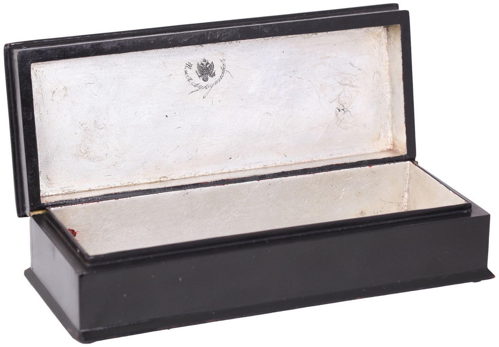 Russian papier mache lacquered box painted with a boyar's feast. - Lukutin manufactory, 19th - Bild 3 aus 5