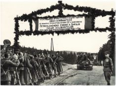 [Soviet Union]. Soldiers of the 1st Czechoslovak army corps are coming back home. 1944. Press photo.