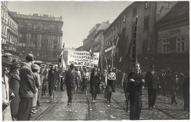 [Soviet art]. A column of young people of the Vienna's 5th district is going to mass meeting in a me
