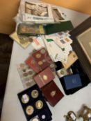 AN ASSORTMENT OF VINTAGE POSTCARDS, COLLECTORS COINS AND FIRST DAY COVERS