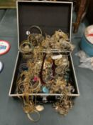 A HINGED BOX CONTAINING A QUANTITY OF YELLOW METAL JEWELLERY