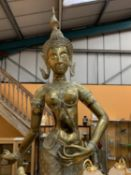 A LARGE BRASS STATUE OF A ORIENTAL TEMPLE DANCER ON A WOODEN PLINTH - HEIGHT 79CMS