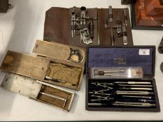 A LARGE COLLECTION OF VINTAGE COMPASSES AND CALIPERS TO INCLUDING A MOORE & WRIGHT MICROMETER