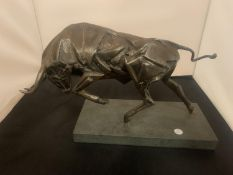 A VERY HEAVY POLISHED STEEL BULL SCULPTURE IN THE ABSTRACT STYLE MOUNTED ON A STONE PLINTH WIDTH
