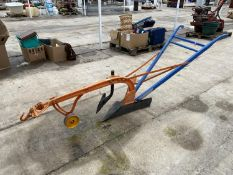 A VINTAGE SINGLE FURROW HORSE PLOUGH WITH WOODEN HANDLES (ONE CRACKED) +VAT