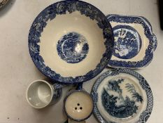 A SELECTION OF BLUE AND WHITE WARE TO INCLUDE A SPODE TANKARD AND A PLATE DATED 'XMAS 1927'