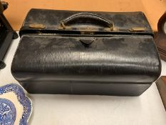 A VINTAGE LEATHER JEWELLERS BAG TO INCLUDE THE JEWELLERY BOX CONTENTS