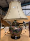 A LARGE DECORATIVE TABLE LAMP TO INCLUDE THE SHADE (H: WITH SHADE APPROXIMATELY 62CM)