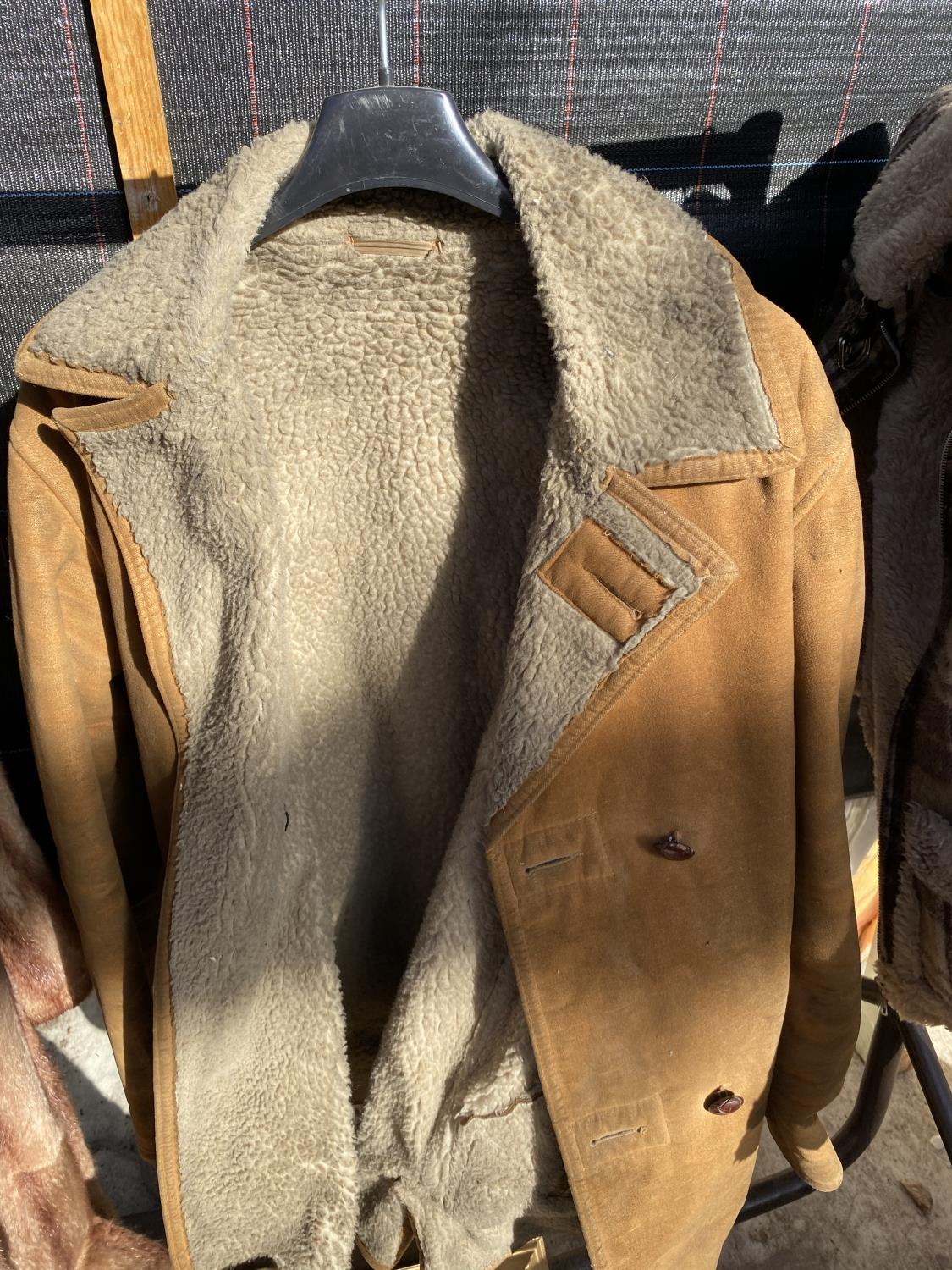 A GROUP OF FOUR COATS AND JACKETS TO INCLUDE A SHEEP SKIN COAT ETC - Image 6 of 7
