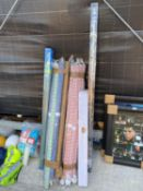 AN ASSORTMENT OF ITEMS TO INCLUDE MATERIAL, BLINDS AND A CURTAIN POLE ETC
