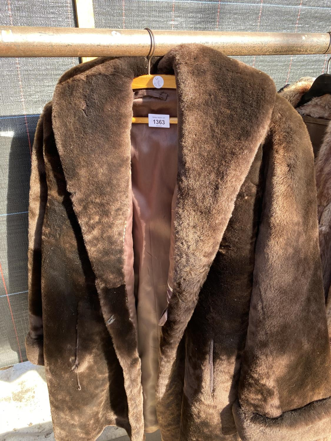 A GROUP OF FOUR COATS AND JACKETS TO INCLUDE A SHEEP SKIN COAT ETC - Image 3 of 7