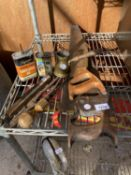 AN ASSORTMENT OF VINTAGE HAND TOOLS TO INCLUDE A 'SPEAR AND JACKSON' SAW, VINTAGE OIL CANS ETC