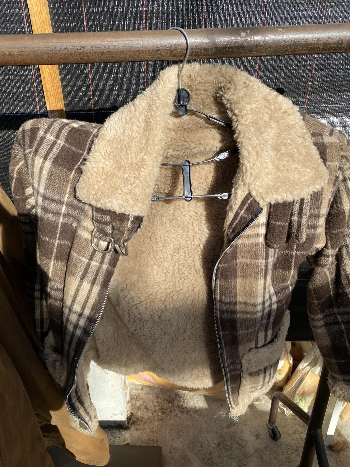 A GROUP OF FOUR COATS AND JACKETS TO INCLUDE A SHEEP SKIN COAT ETC - Image 7 of 7