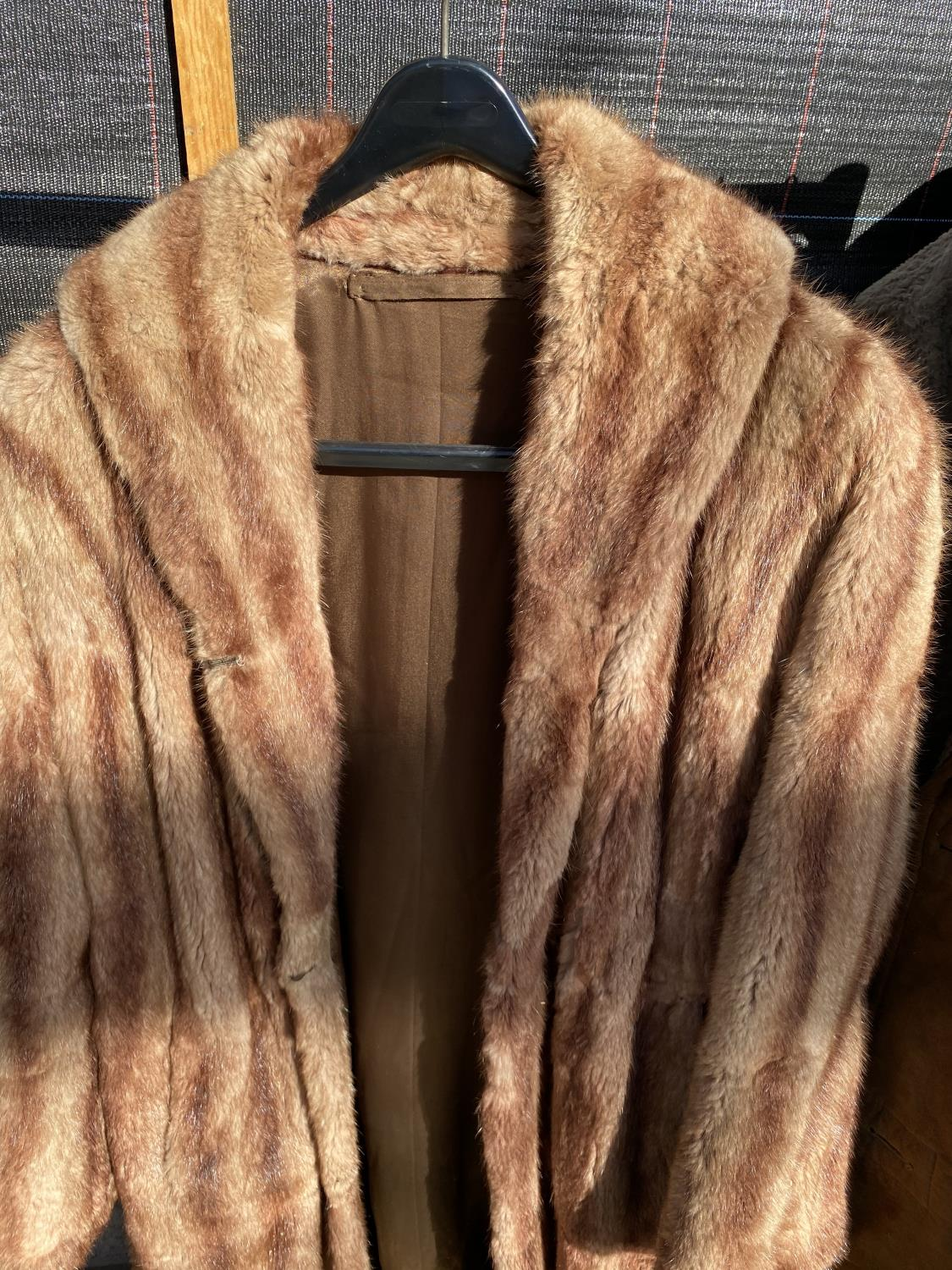 A GROUP OF FOUR COATS AND JACKETS TO INCLUDE A SHEEP SKIN COAT ETC - Image 5 of 7