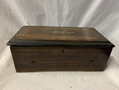 A SMALL VICTORIAN ROSEWOOD CYLINDER MUSIC BOX WITH INLAY DECORATION AND HAVING INNER GLAZED LID