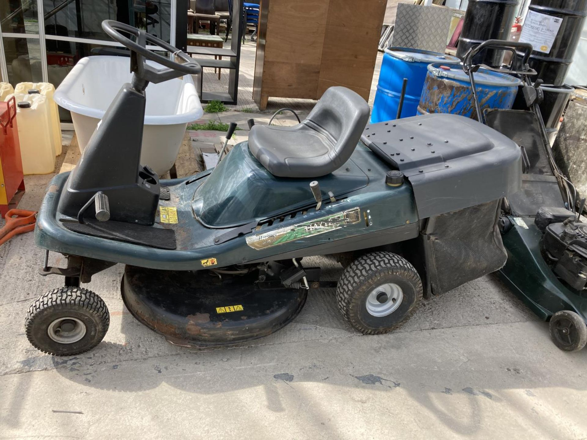 A HAYTER 10 HP 30 INCH ELECTRIC START RIDE ON LAWN MOWER BELIEVED WORKING NO WARRANTY NO VAT - Image 2 of 2