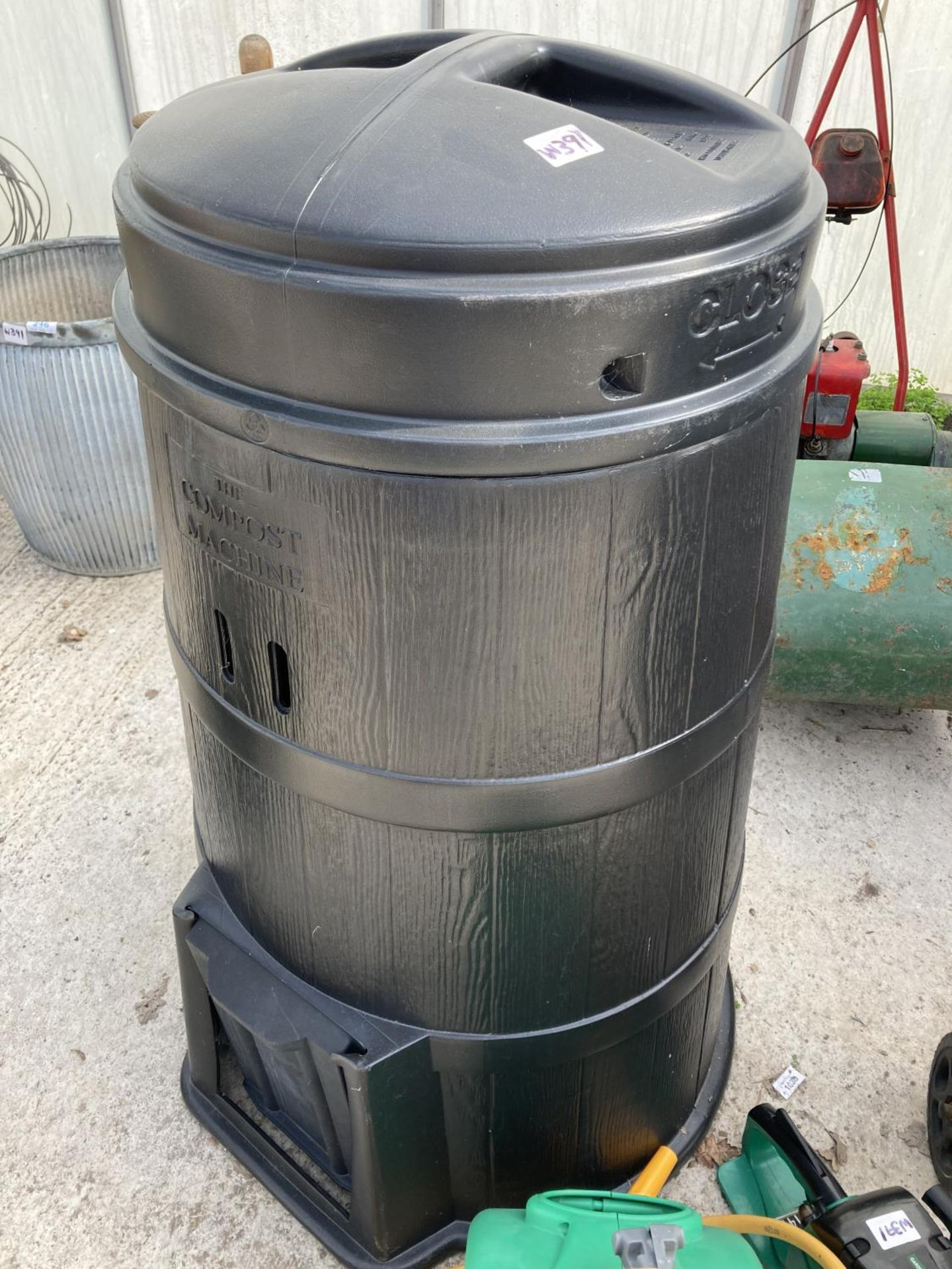 FOUR ITEMS TO INCLUDE A BOSCH SHREDDER, CHAIN SAW, A HOSE PIPE AND A LIDDED COMPOST BIN NO VAT - Image 5 of 5