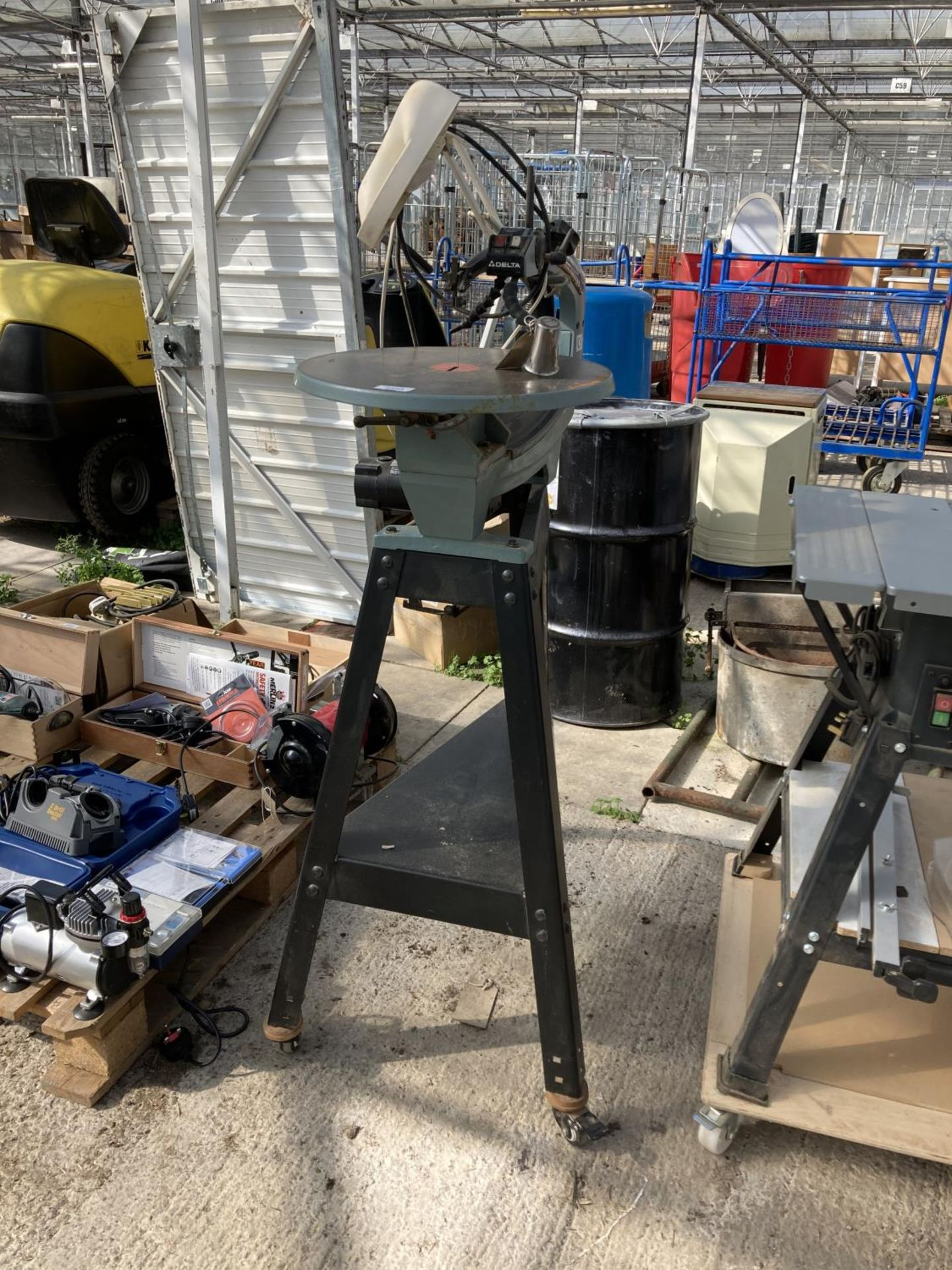 A DELTA 18 INCH VARIABLE SPEED SCROLL SAW ON WHEELS NO VAT - Image 2 of 3