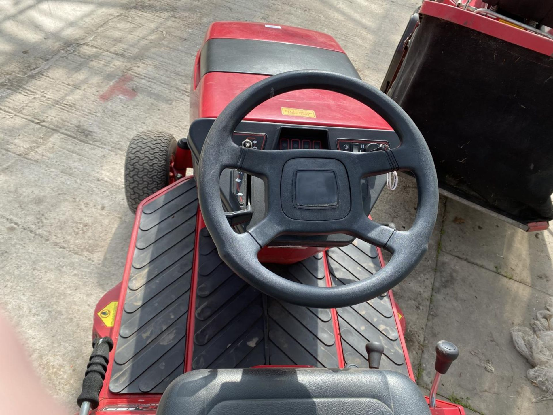 A COUNTAX HYDOSTATIC C300H RIDE ON MOWER, RUNNER BUT NO WARRANTY (CUTTER NEEDS ATTENTION) NO VAT - Image 3 of 6