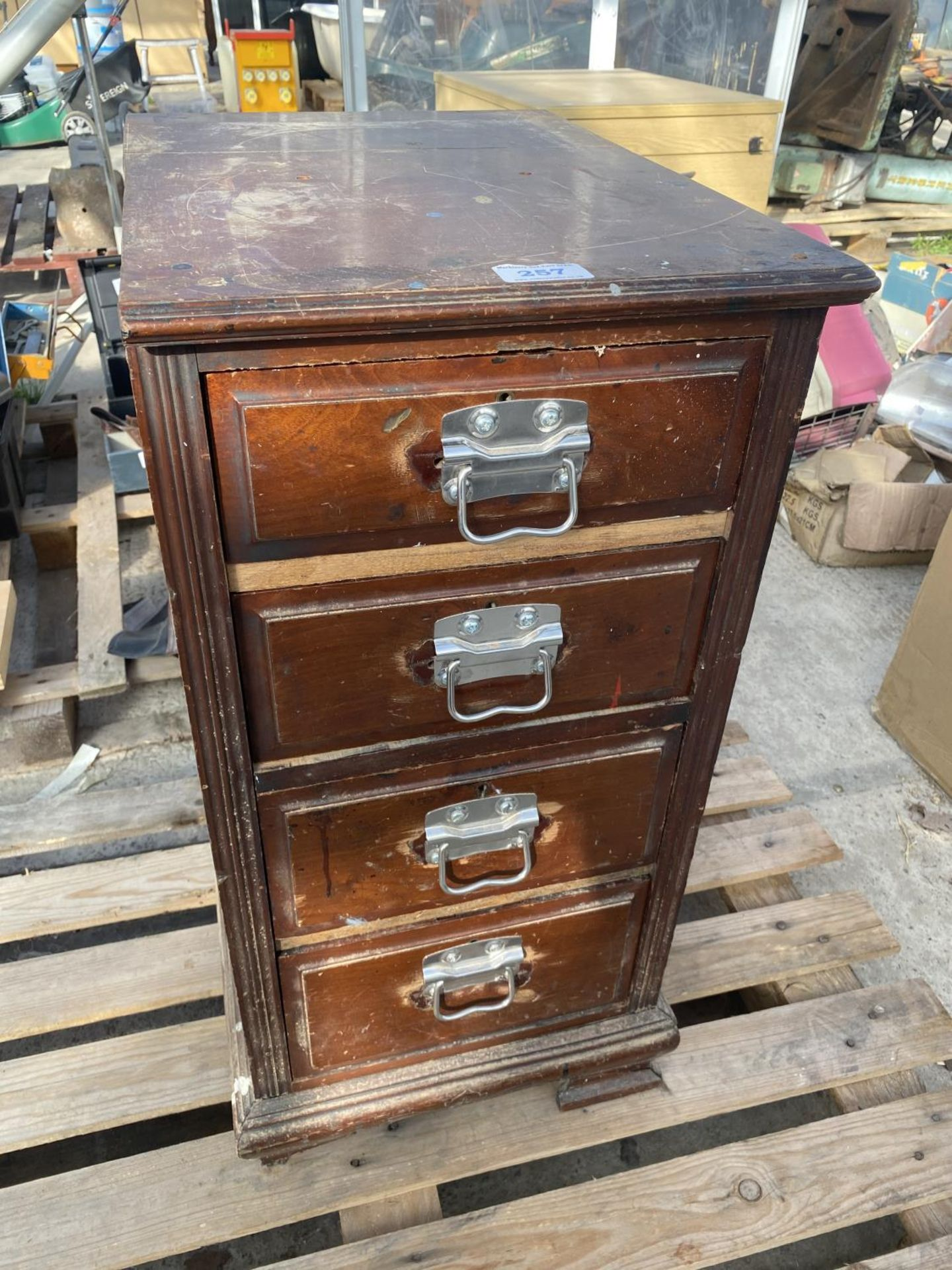 A WOOODEN FOUR DRAW CABINET AND CONTENTS TO INCLUDE TAP AND DIE, WIRE BRUSHES, AXE, TAPE MEASURES - Image 8 of 8