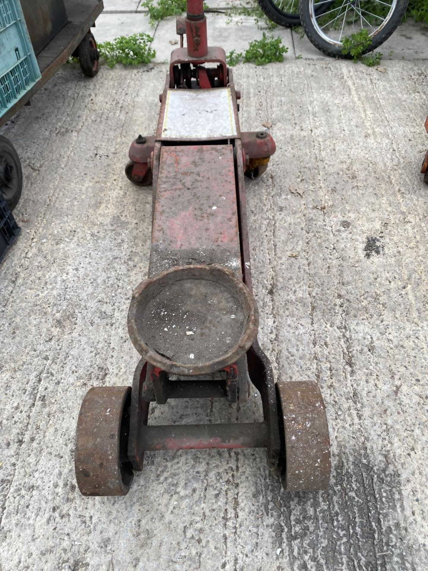 A RED TROLLEY JACK + VAT - Image 2 of 4