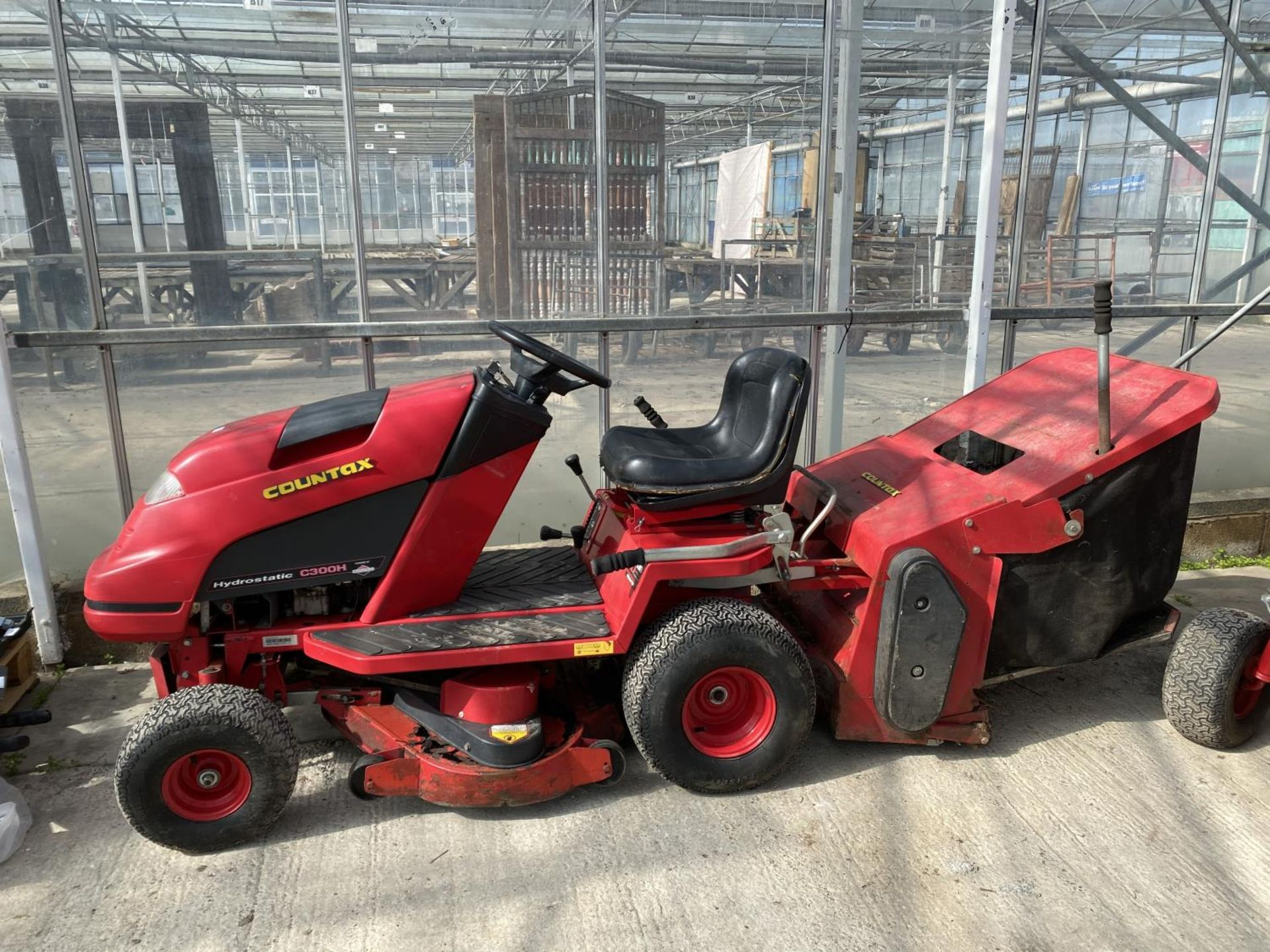 A COUNTAX HYDROSTATIC C300H RIDE ON MOWER, RUNNER - NO WARRANTY,(CUTTER NEEDS ATTENTION) NO VAT