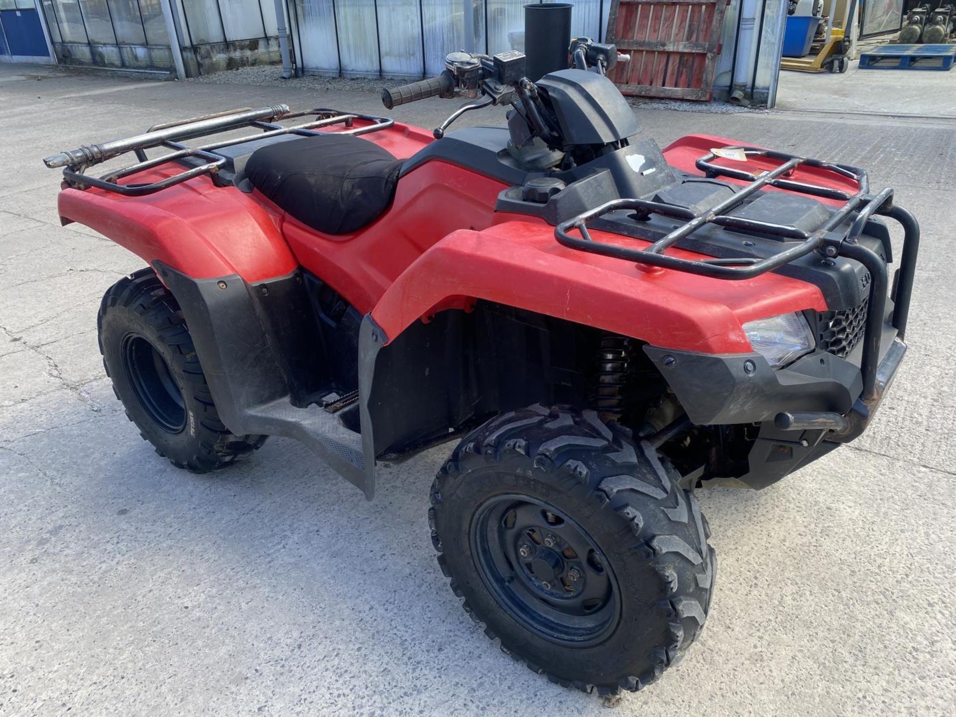 A 2017 HONDA TRX 420 QUAD BIKE - SEE VIDEO OF VEHICLE STARTING AND RUNNING AT https://www.youtube. - Image 4 of 10