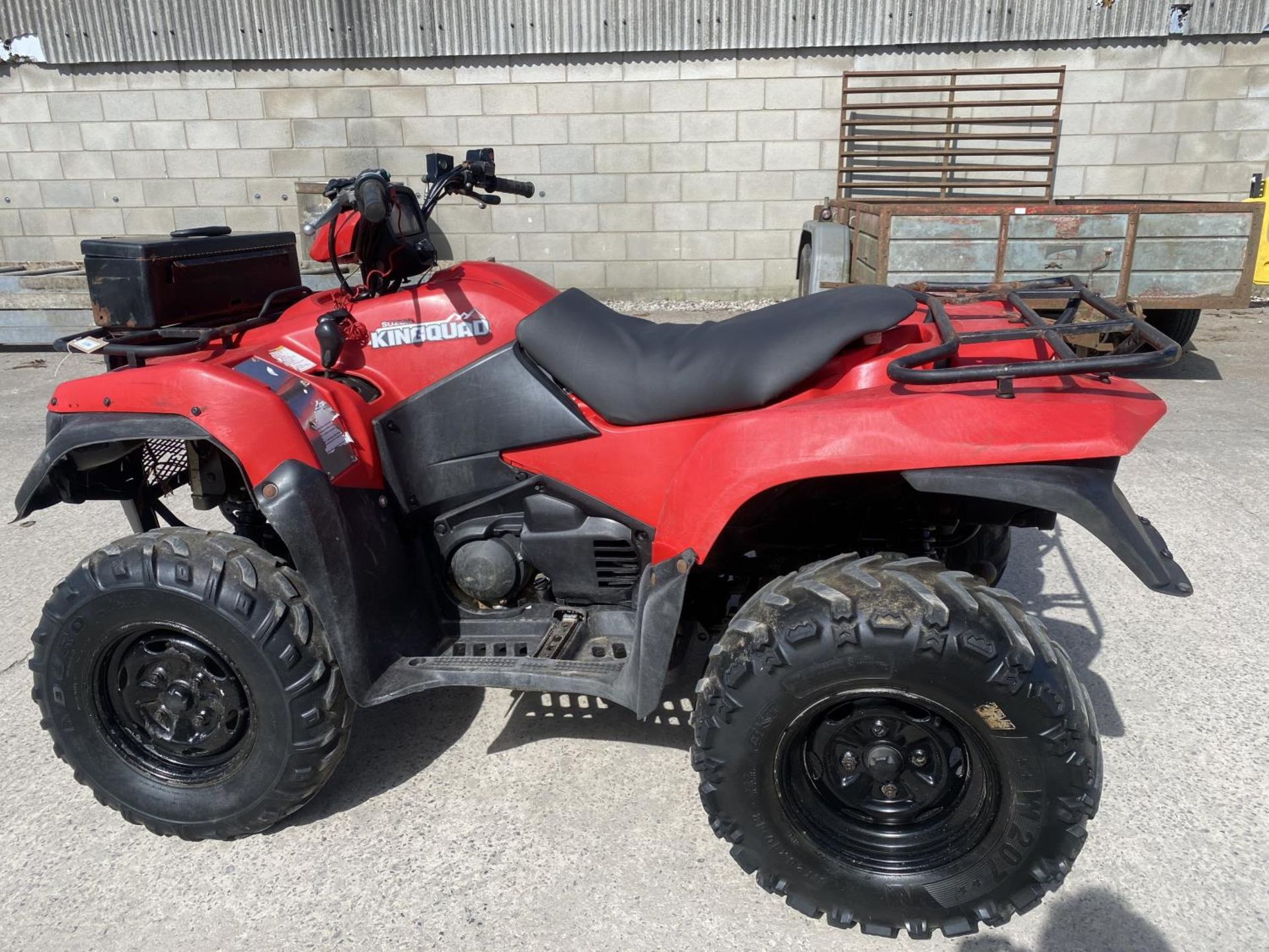 A 2014 SUZUKI KING QUAD, 500 CC WITH POWER STEERING - SEE VIDEO OF VEHICLE STARTING AND RUNNING AT