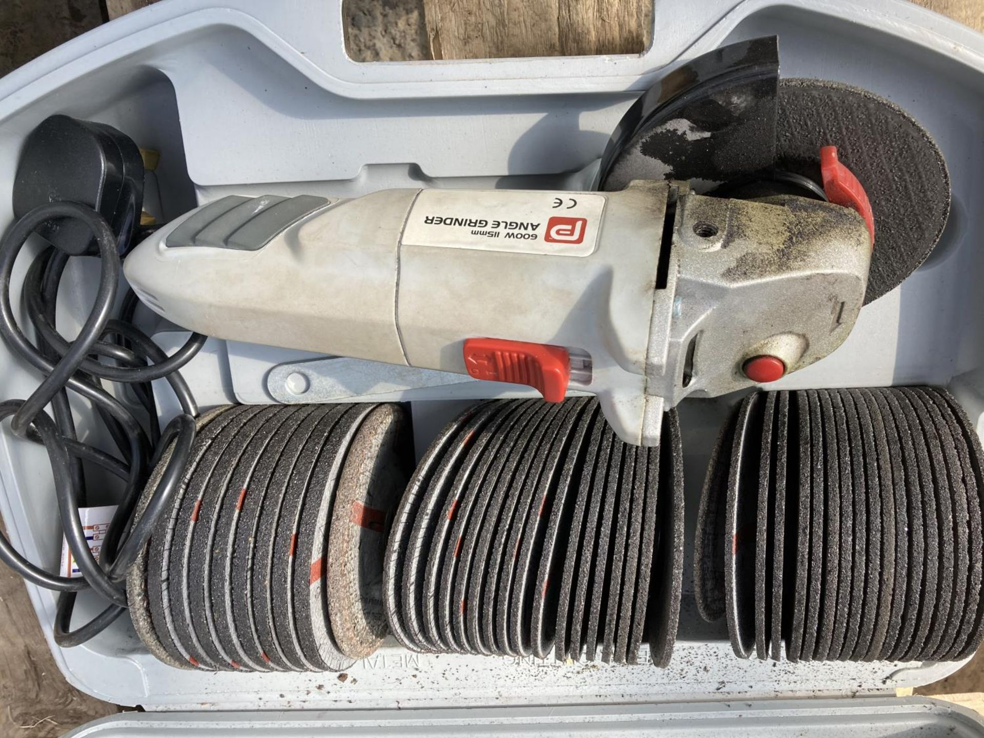 THREE POWER TOOLS TO INCLUDE A KATSU ROUTER PLUNGE TILT, POWER 600W ANGLE GRINDER WITH DISCS AND A - Image 2 of 6