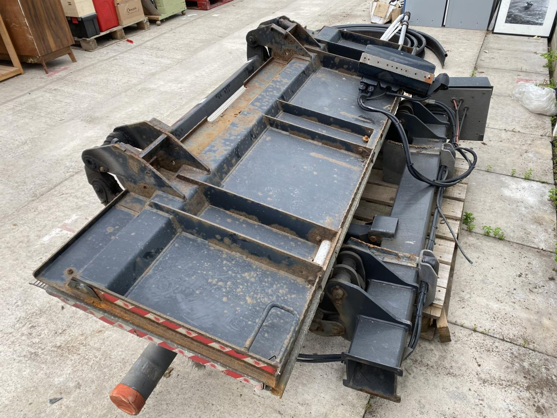 A D.HOLLANDIA TAIL LIFT 1500 KG. BELIEVED WORKING NO WARRANTY - NO VAT - Image 6 of 6