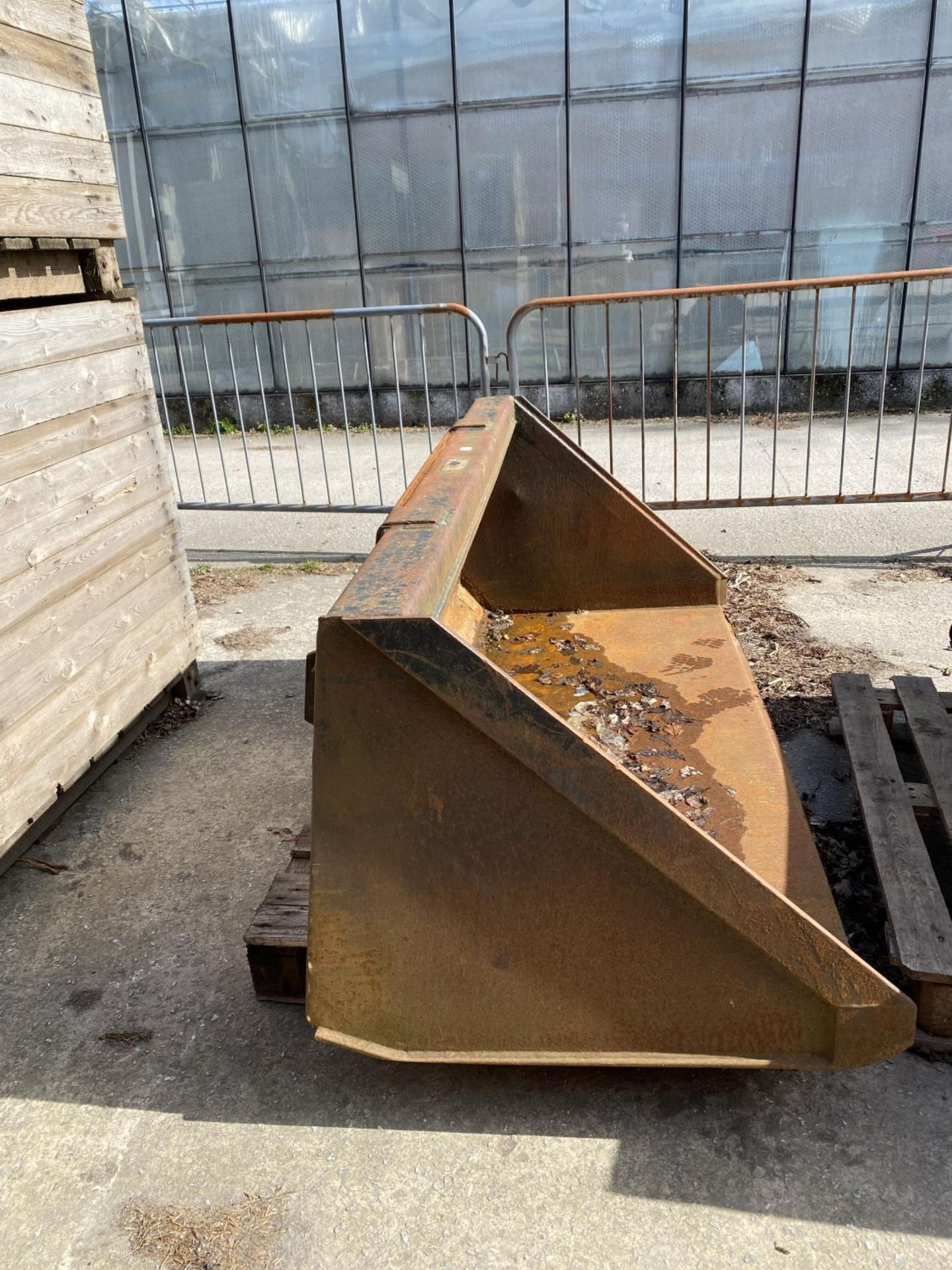 A FORE END LOADER BUCKET (FITS LOT 50) - Image 2 of 3
