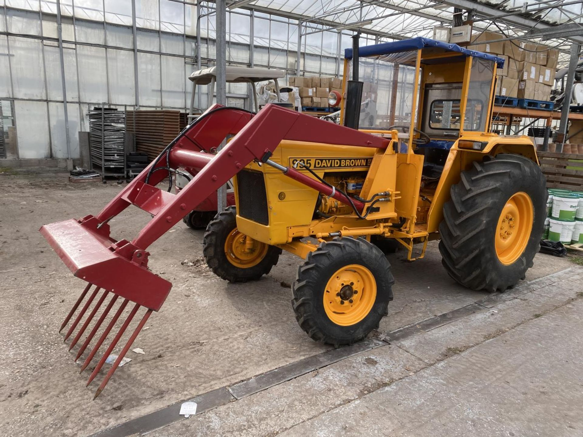 A DAVID BROWN 995 TRACTOR WITH FORE END LOADER AND MANURE FORK 3779 HOURS