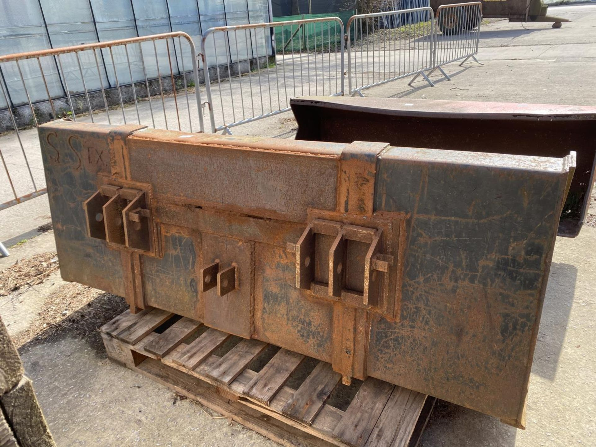 A FORE END LOADER BUCKET (FITS LOT 50) - Image 3 of 3
