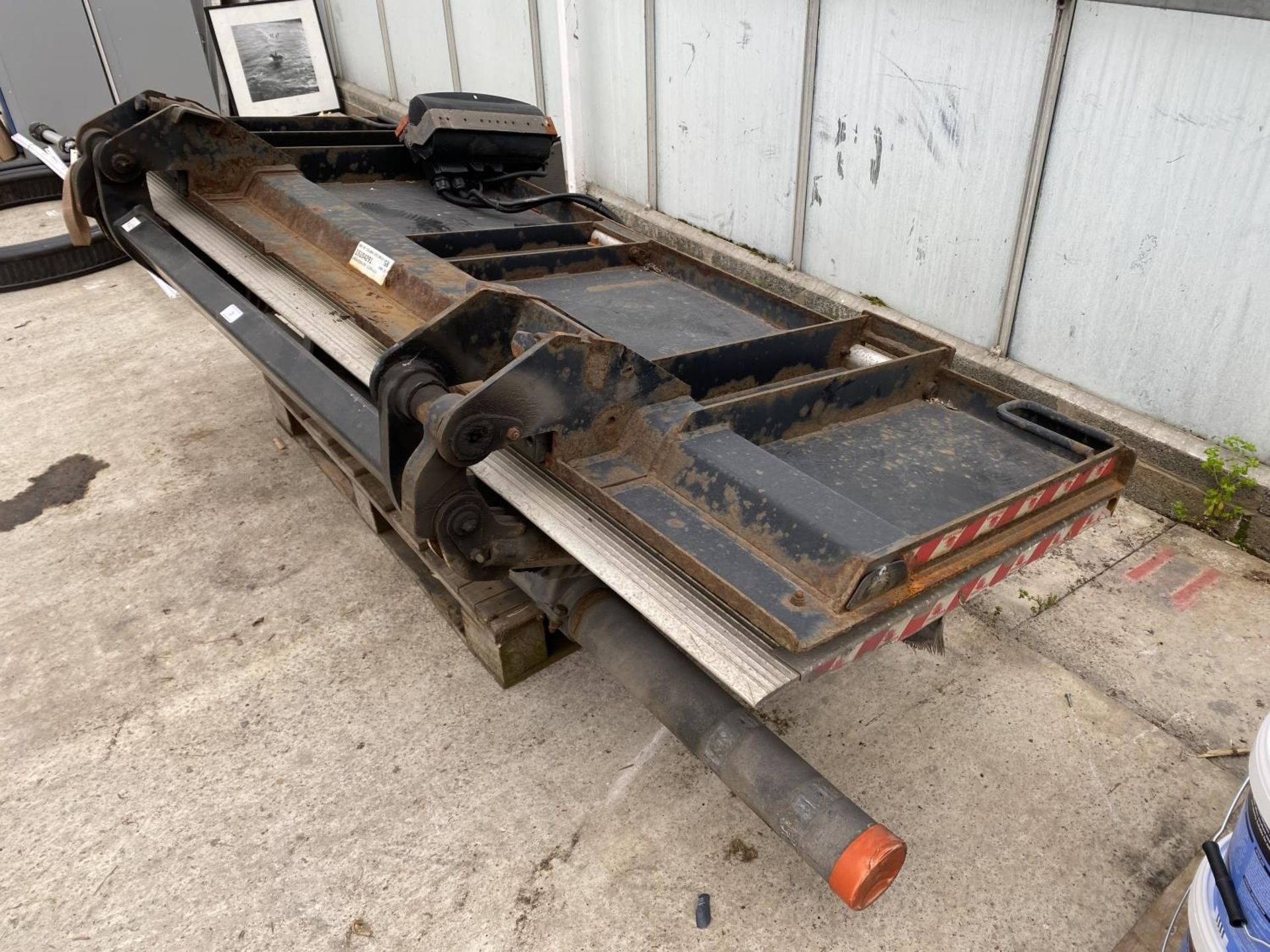 A D.HOLLANDIA TAIL LIFT 1500 KG. BELIEVED WORKING NO WARRANTY - NO VAT - Image 5 of 6