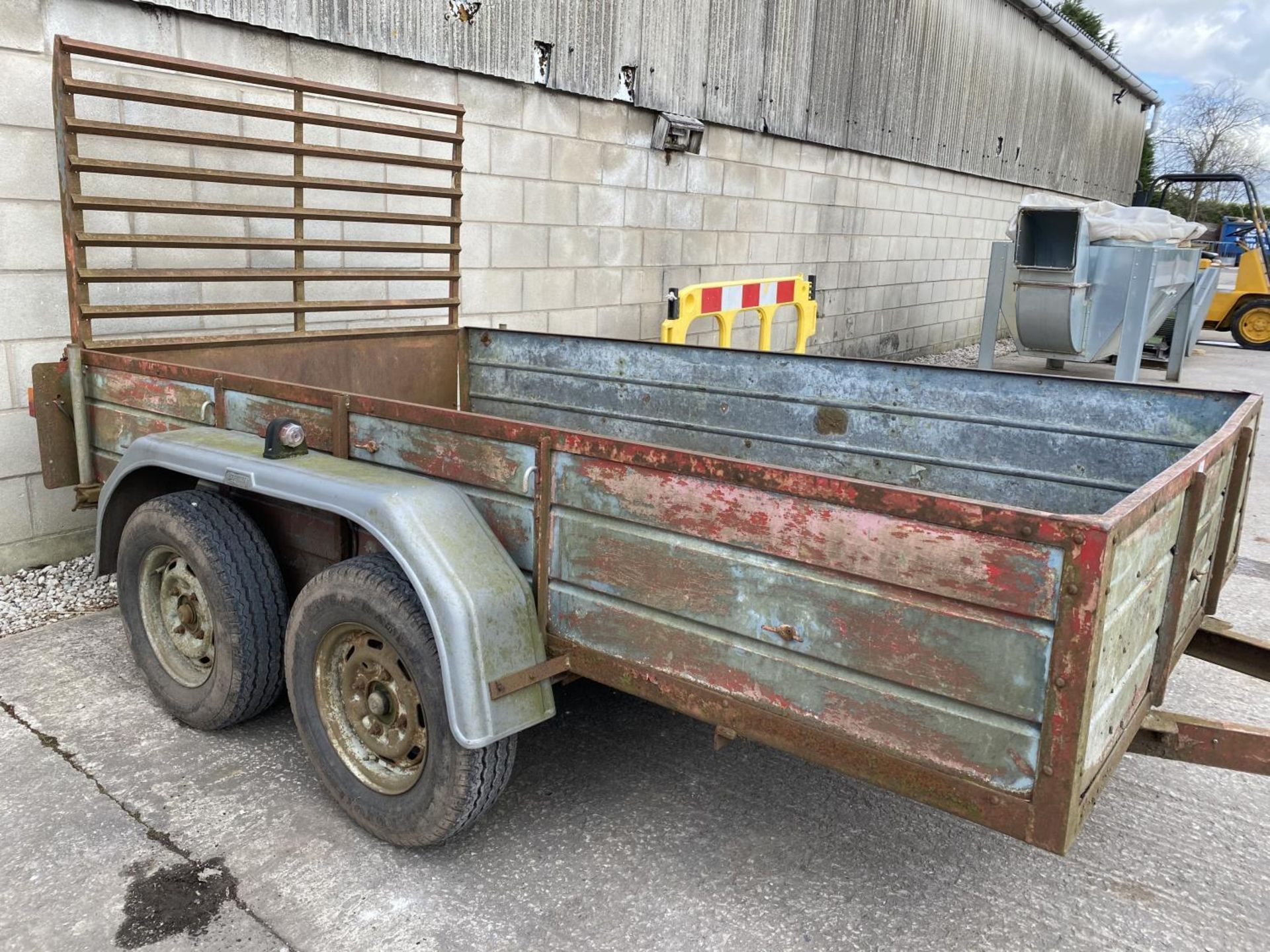 """A TWIN AXLE TRAILER WITH LOADING REAR GATE 10'X 5'6"""" NO VAT - Image 4 of 4"""