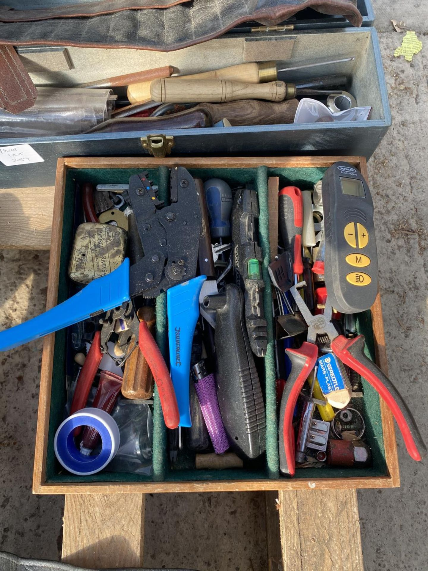 VARIOUS TOOLS AND TOOL BOXES TO INCLUDE CHISELS, SCREW DRIVERS, WIRE STRIPPERS ETC NO VAT - Image 4 of 7