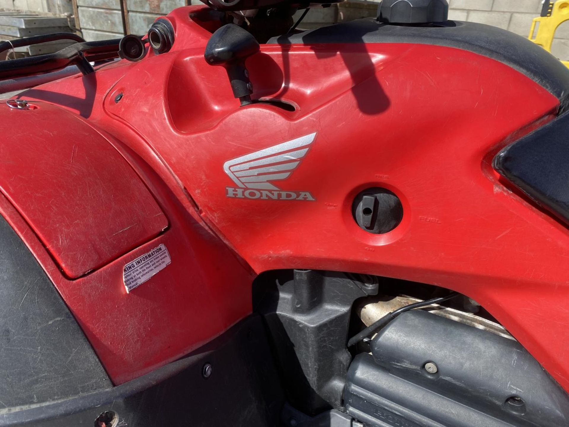 A HONDA TRX FOREMAN 500 CC QUAD BIKE - SEE VIDEO OF VEHICLE STARTING AND RUNNING AT https://www. - Image 2 of 8