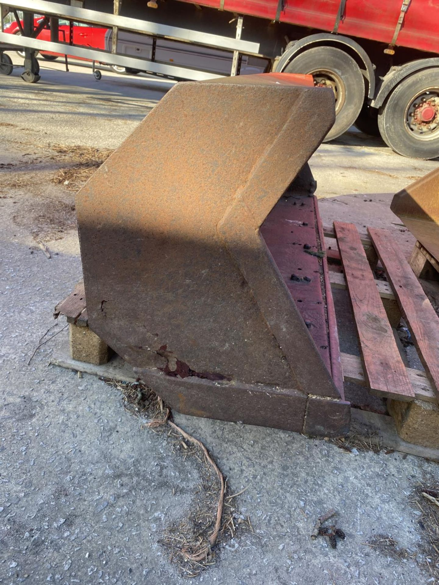A FORE END LOADER BUCKET (FITS LOT 50) - Image 2 of 5