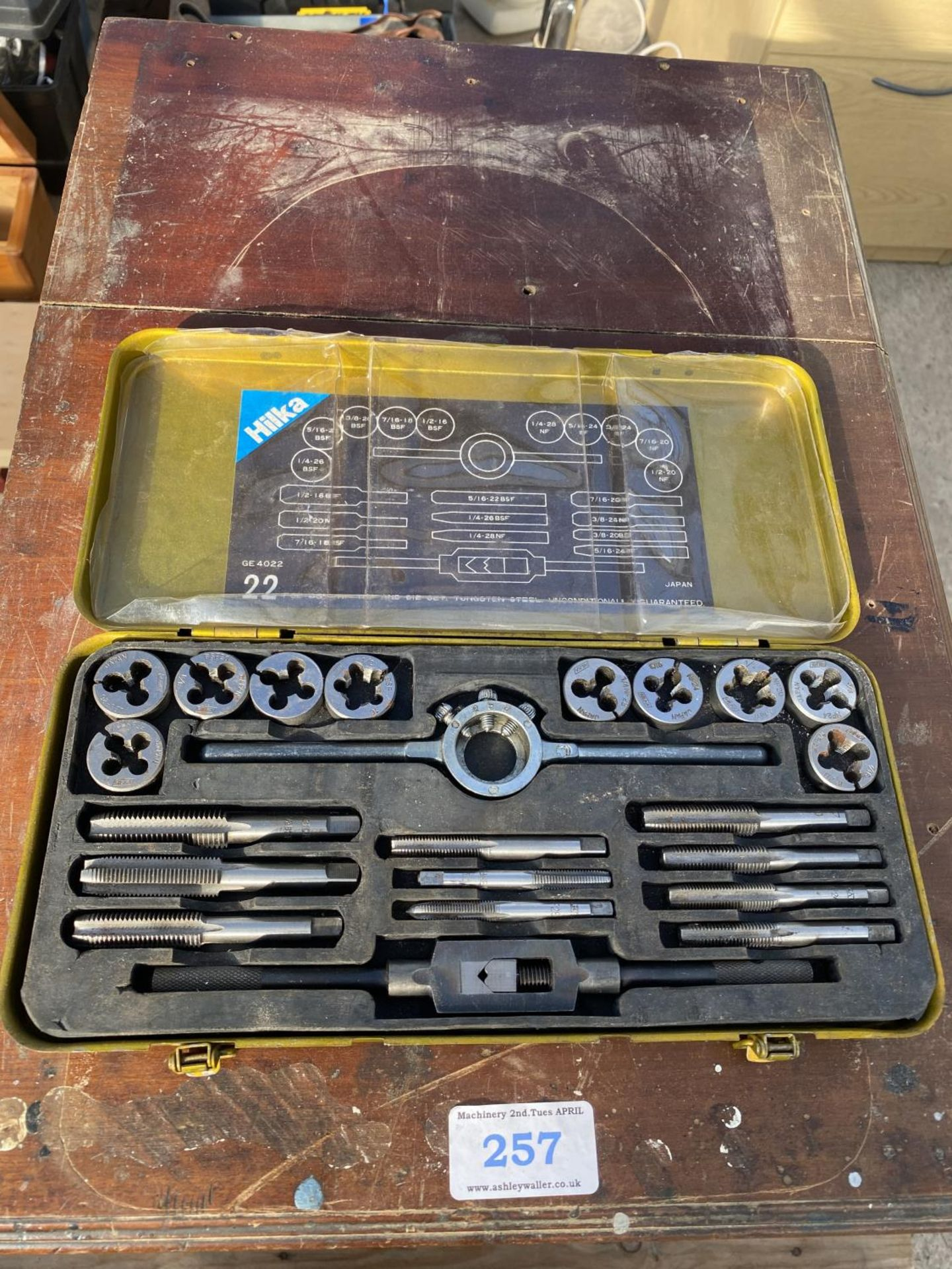 A WOOODEN FOUR DRAW CABINET AND CONTENTS TO INCLUDE TAP AND DIE, WIRE BRUSHES, AXE, TAPE MEASURES - Image 2 of 8