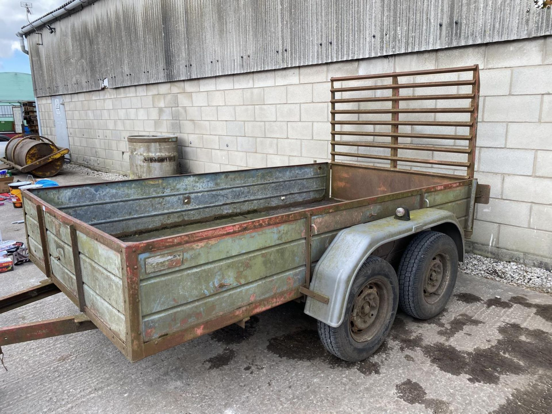 """A TWIN AXLE TRAILER WITH LOADING REAR GATE 10'X 5'6"""" NO VAT - Image 2 of 4"""