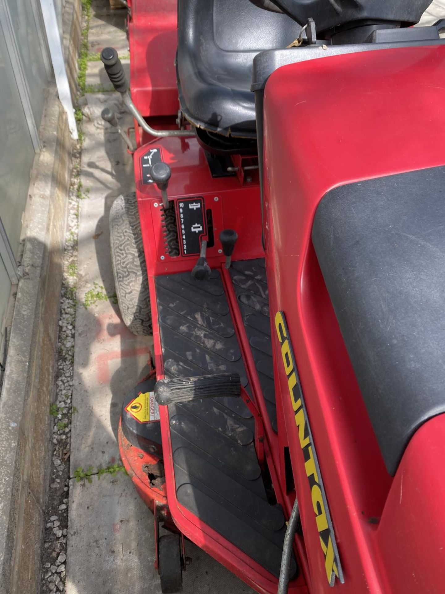 A COUNTAX HYDROSTATIC C300H RIDE ON MOWER, RUNNER - NO WARRANTY,(CUTTER NEEDS ATTENTION) NO VAT - Image 4 of 4