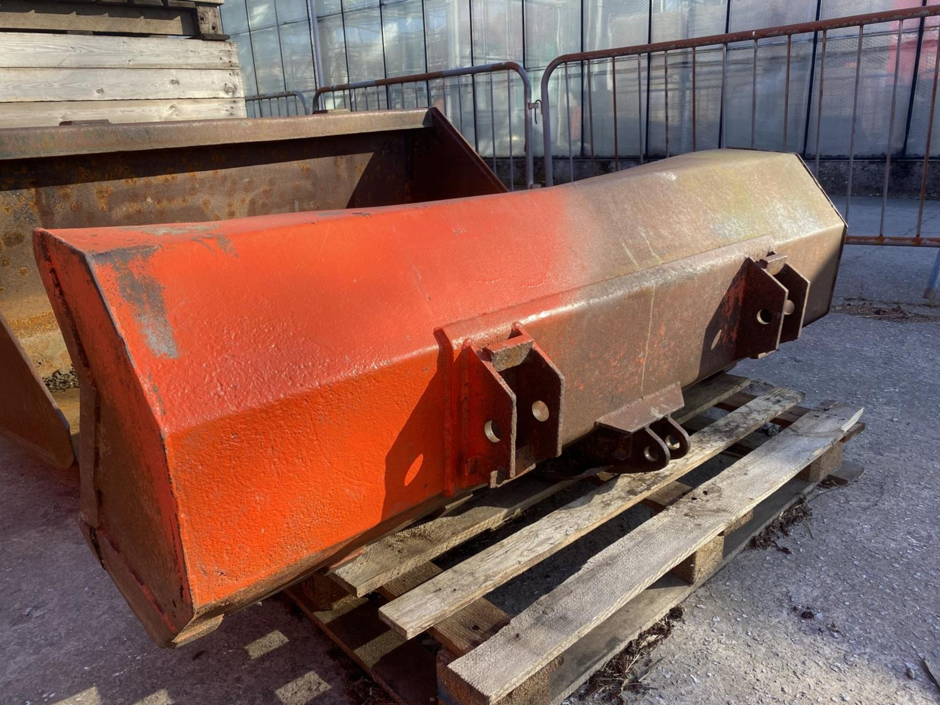A FORE END LOADER BUCKET (FITS LOT 50) - Image 3 of 5