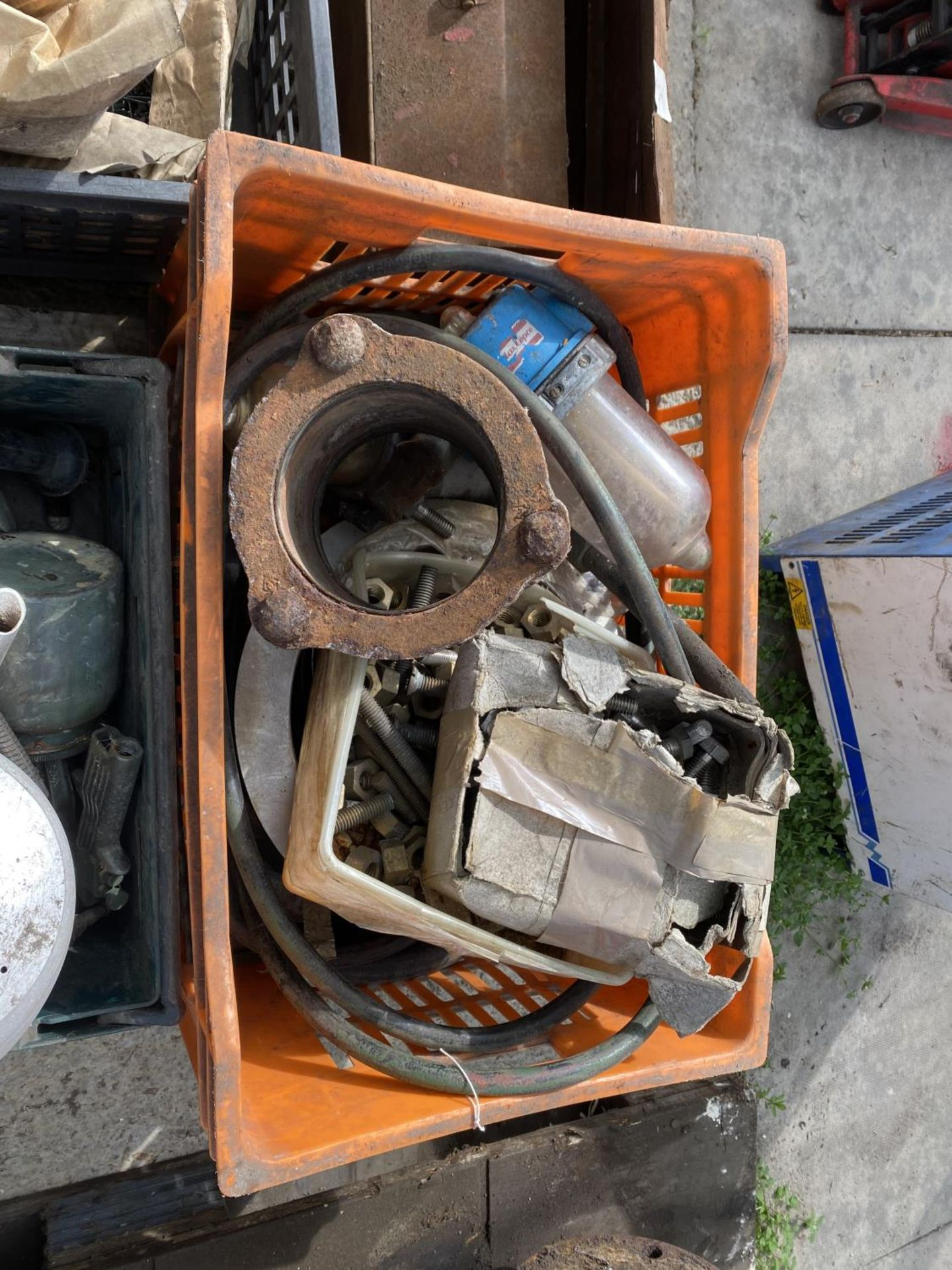 A PALLET OF RIVETS AND HAND TOOLS + VAT - Image 4 of 5