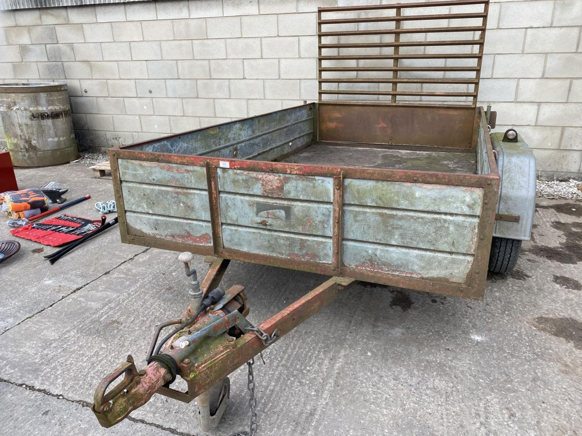 """A TWIN AXLE TRAILER WITH LOADING REAR GATE 10'X 5'6"""" NO VAT"""