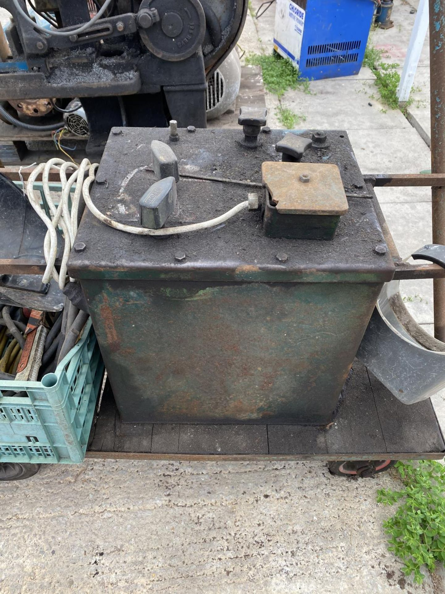A MIG WELDER ON A TROLLEY BASE TO INCLUDE WELDER ACCESSORIES WORKING WHEN LAST USED+ VAT - Image 4 of 5